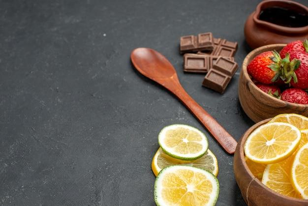 회색 배경에 전면보기 신선한 과일 딸기와 레몬