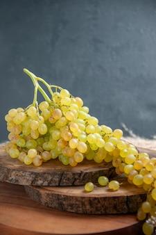 전면보기 어두운 표면에 신선한 포도 녹색 과일 와인 포도 과일 익은 신선한 나무 식물