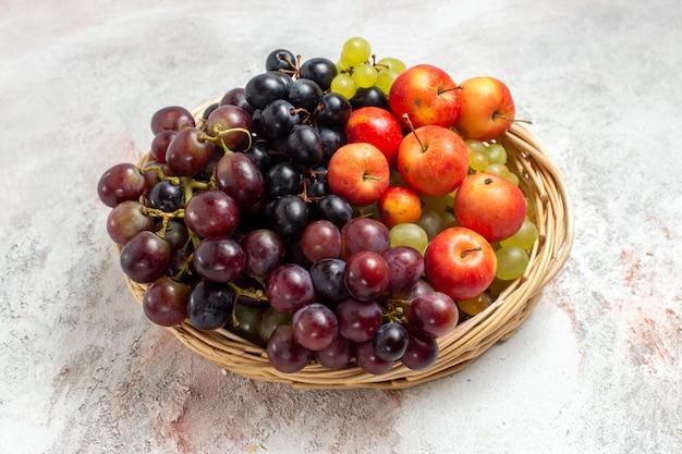 Vista frontale dell'uva fresca all'interno del canestro su uno spazio bianco