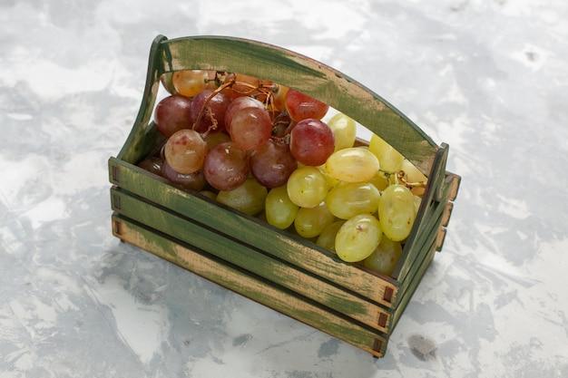 木製の机の中の新鮮なブドウの正面図