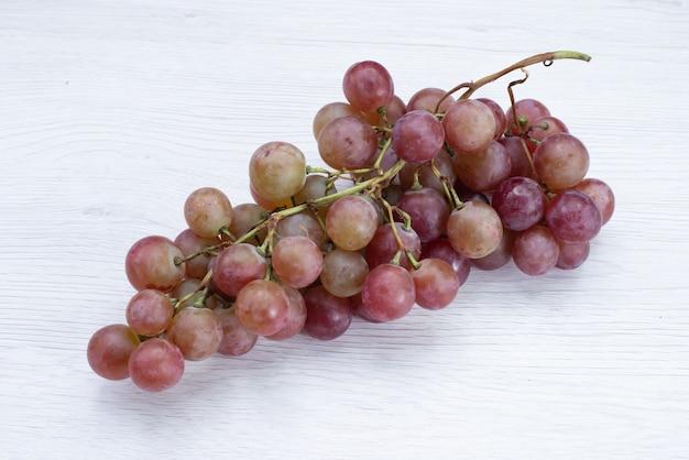 白地に新鮮なブドウの正面図