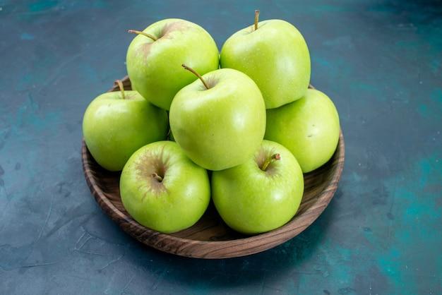 Mele verdi fresche di vista frontale sull'albero della pianta dolce della frutta fresca di superficie blu scuro