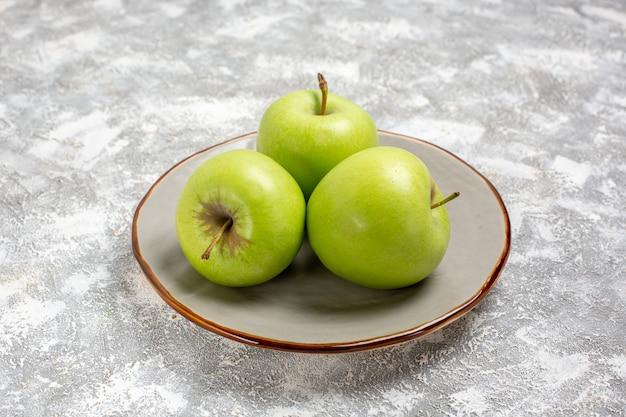 正面図水色の表面のプレート内の新鮮な青リンゴ新鮮な熟したまろやかなフルーツ食品ビタミン