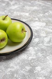Вид спереди свежие зеленые яблоки, спелые фрукты на белой поверхности, свежие спелые спелые фрукты, пищевой витамин