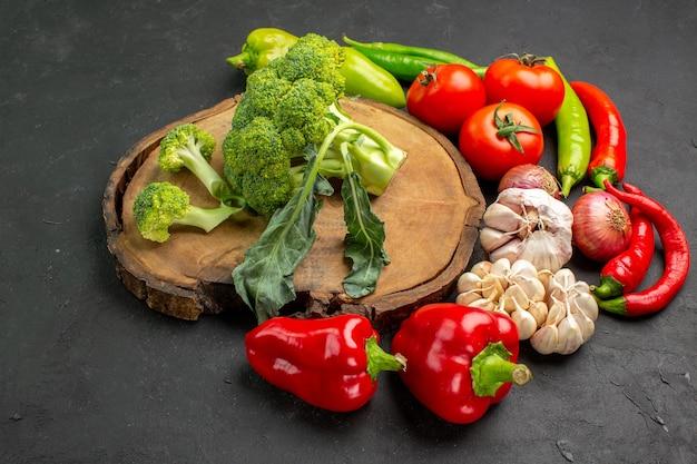 어두운 배경에 신선한 야채와 함께 전면보기 신선한 녹색 브로콜리