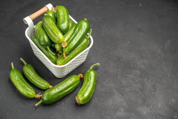 暗い背景のバスケット内の新鮮な緑のきゅうりの正面図食品健康写真サラダ食事色