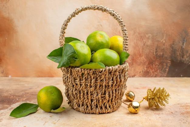 明るい背景色まろやかなフルーツ写真ジュースクリスマスのバスケット内の新鮮な緑のみかんの正面図