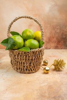 明るい背景色まろやかな果物の写真ジュースクリスマスのバスケットの中の新鮮な緑のみかんの正面図