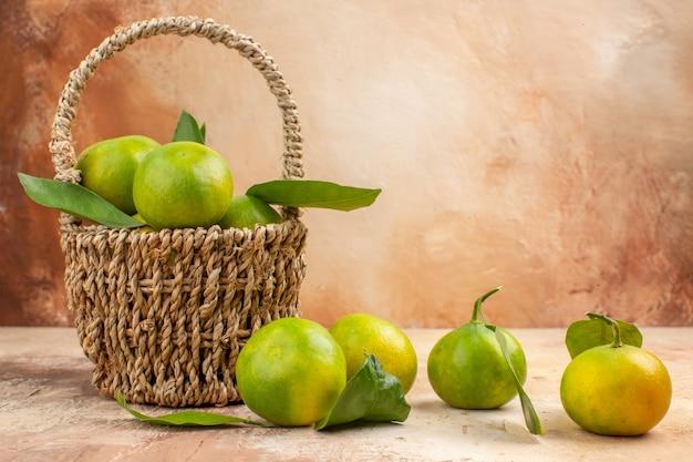 明るい背景ジュース写真色まろやかなフルーツのバスケット内の新鮮な緑のみかんの正面図
