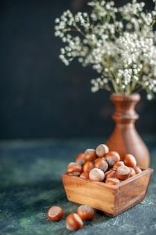 正面図紺色のシェルナッツの新鮮なヘーゼルナッツ写真スナッククルミピーナッツの色