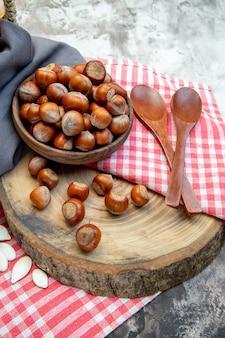 전면 보기 흰색 배경에 흰색 씨앗과 피칸이 있는 신선한 헤이즐넛 너트 식물 사진 부엌 나무 호두 땅콩 cips