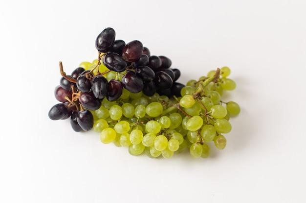 Vista frontale fresca succosa uve mellow ed su sfondo bianco
