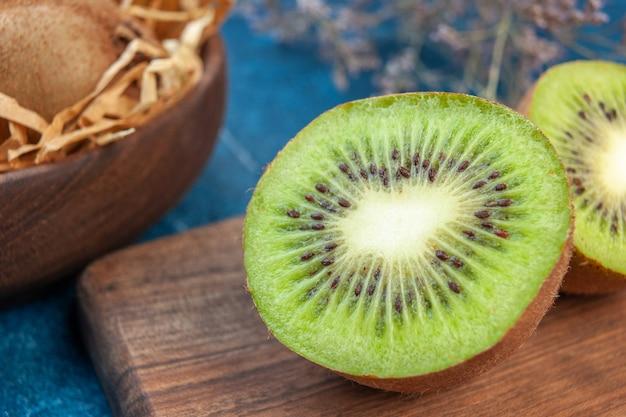 正面図青い表面色の新鮮なキウイエキゾチックな熱帯の写真フルーツ健康的な生活