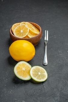 暗い背景の正面図新鮮なレモンスライス