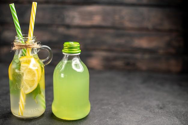 ボトルに入った正面図の新鮮なレモネード