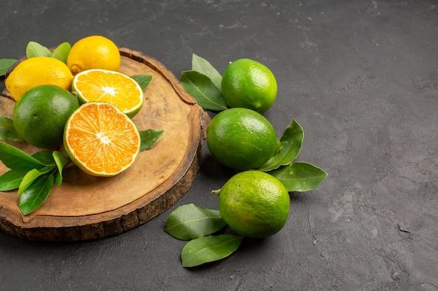 暗い背景に新鮮なレモンの正面図