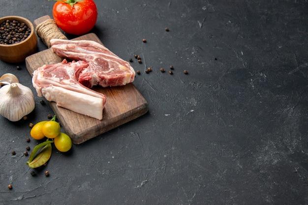 전면 보기 어두운 배경 바베큐 동물 요리 후추 주방 음식 암소 샐러드 식사 음식에 신선한 고기 갈비 생고기