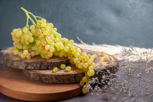 전면보기 어두운 표면에 신선한 부드러운 포도 녹색 과일 와인 포도 과일 익은 신선한 나무 식물