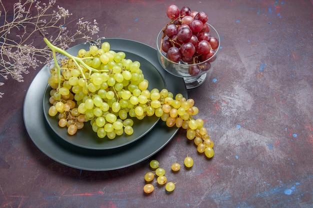 전면보기 어두운 표면에 신선한 부드러운 포도 녹색 포도 와인 신선한 포도 과일 나무 식물 익은