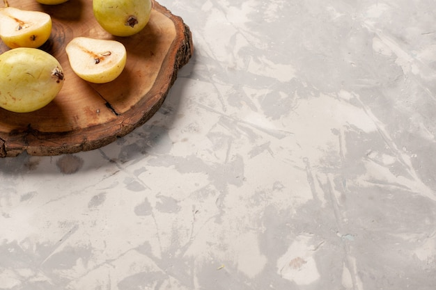 真っ白な机の上の正面図新鮮なまろやかな梨