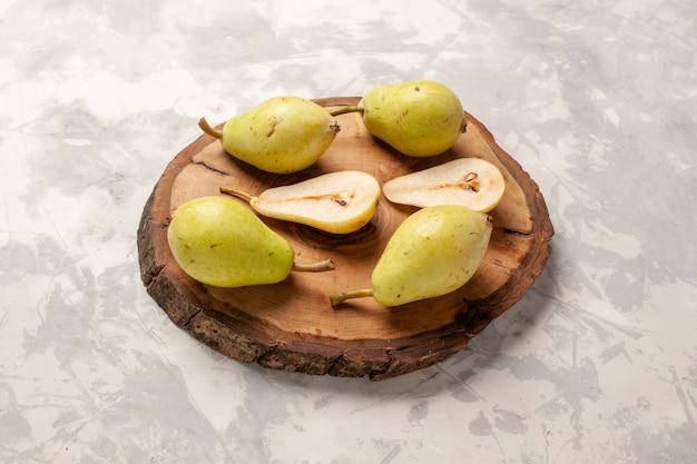 真っ白な空間に新鮮なまろやかな梨の正面図