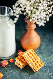 紺色の朝のパイデザート甘いケーキの朝食のミルクにビスケットと正面図の新鮮なミルク
