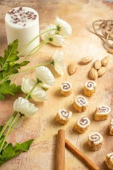 Vista frontale di noci fresche con caramelle sulla superficie in legno