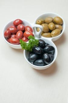 正面図白い背景の上の新鮮なオリーブ肉色ディナー皿食品植物塩