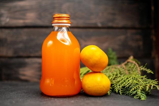 ボトルに入った正面図フレッシュオレンジジュース
