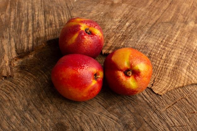 正面の新鮮な桃オレンジ色の木製のデスク