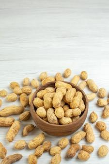 白い表面の正面図新鮮なピーナッツ