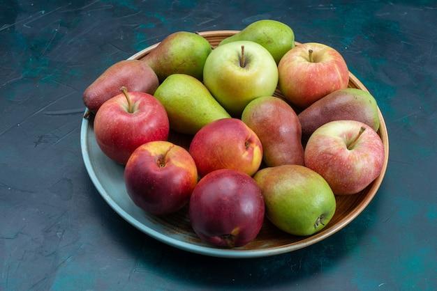 Вид спереди свежие груши с яблоками на темно-синем столе фрукты свежие спелые сладкие