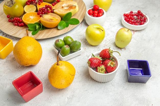 Pere fresche di vista frontale con altri frutti sulla tavola bianca frutta matura dolce fresca