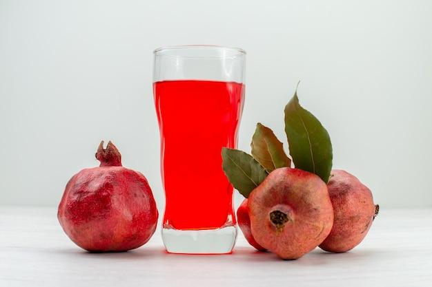 흰 벽에 과일과 함께 전면보기 신선한 석류 주스 과일 주스 음료 칵테일 신선한