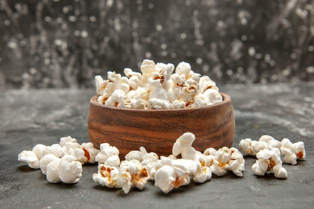 Vista frontale popcorn freschi su sfondo scuro snack colore cip oscurità film mais
