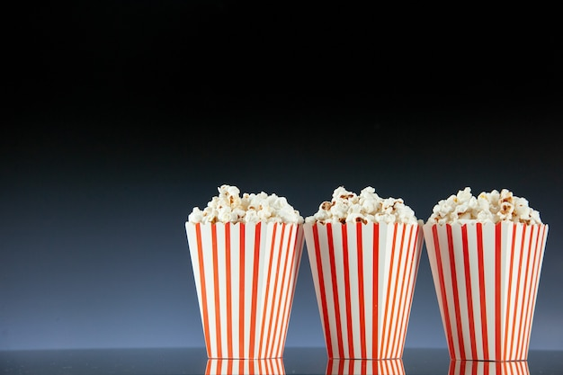 Vista frontale popcorn freschi su sfondo scuro
