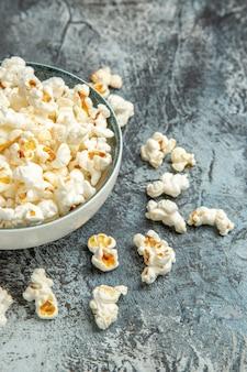 Popcorn fresco vista frontale per film sullo sfondo chiaro