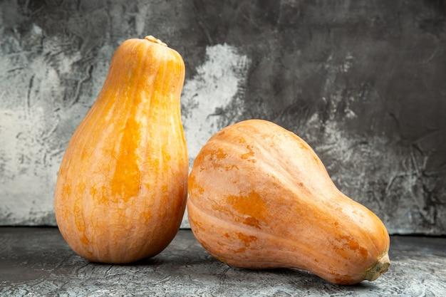 Frutta matura della zucca fresca di vista frontale su fondo scuro-chiaro