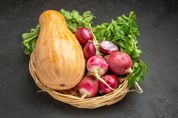 暗いテーブルの熟した色の食品に大根と緑の正面図新鮮なカボチャ