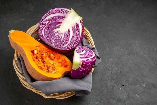 Zucca fresca di vista frontale con cavolo rosso sul cibo di colore grigio scuro della tabella maturo