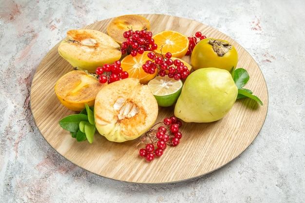 正面図新鮮なマルメロと他の果物と白いテーブルフルーツまろやかな新鮮な熟した