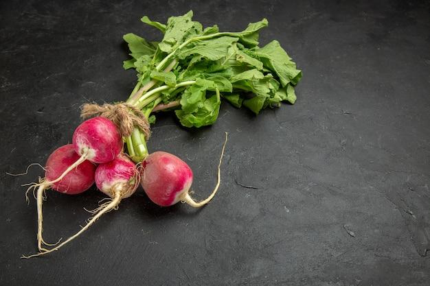 正面図新鮮な大根と緑の暗いテーブル新鮮なサラダ熟した