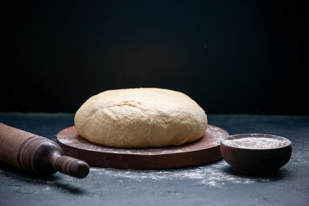 어두운 케이크 파이 색상 요리에 비스킷 반죽을 굽는 전면 보기 신선한 생 반죽