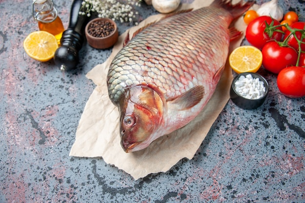 Vista frontale pesce crudo fresco con funghi sulla superficie blu farina di squalo oceano carne orizzontale frutti di mare animali colore acqua cena cibo