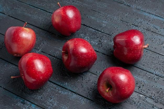 전면 보기 신선한 빨간 사과 짙은 파란색 책상 과일 색 빨간색 식물 비타민 신선한에 부드럽고 익은 과일