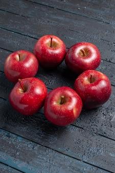 전면 보기 신선한 빨간 사과는 진한 파란색 책상 과일 전체 색상 빨간색 식물 비타민 신선한에 부드럽고 익은 과일