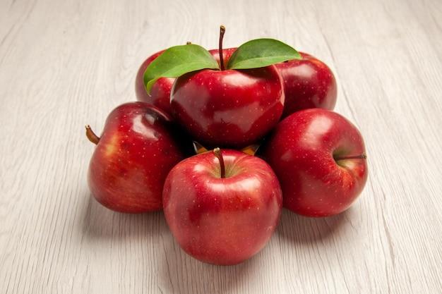 전면 보기 신선한 빨간 사과 흰색 책상 과일 색 신선한 식물 붉은 나무에 부드럽고 익은 과일