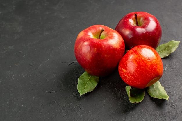 Вид спереди свежие красные яблоки, спелые фрукты на темном столе, фрукты, красное свежее спелое дерево