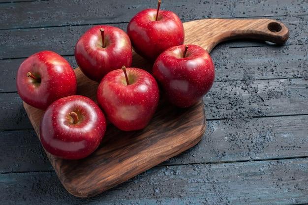 전면 보기 신선한 빨간 사과는 진한 파란색 책상 과일 색 빨간색 식물 비타민 신선한에 익은 과일을 부드럽게