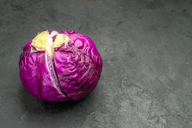 Vista frontale fresca metà cavolo rosso tagliato sulla dieta di salute insalata di cibo maturo scrivania scuro